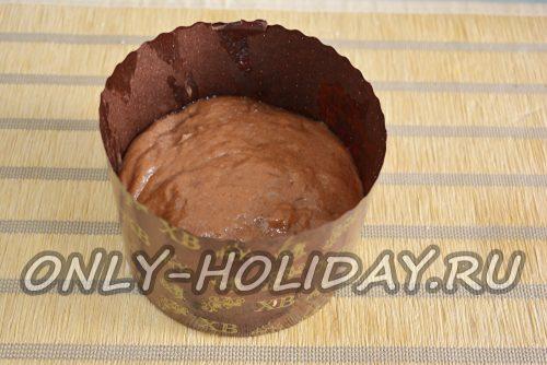 поместить тесто в форму для кулича