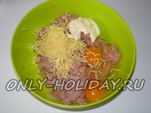 добавить к фаршу яйцо, майонез и сыр