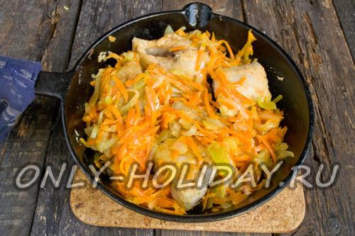 к рыбе добавить пассерованный лук и морковку