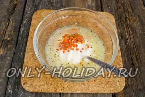 смешать жирную сметану с рыбным бульоном, сушеной морковью