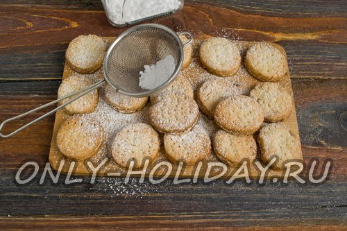 посыпаем печеньки сахарной пудрой