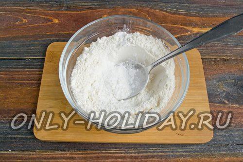 муку смешать с картофельным крахмалом, разрыхлителем теста и щепоткой соли