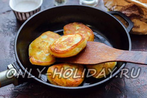 обжарить  оладьи на сковороде
