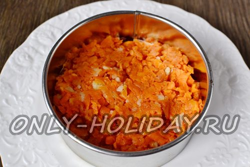 затем выкладываем отварную тертую морковь