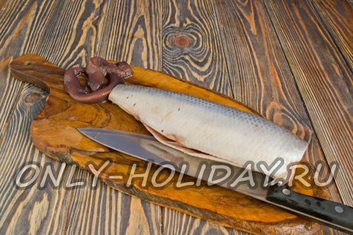достаём внутренности и промываем рыбную тушку холодной водой