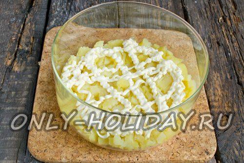 отварную картошку нарезать кубиками, уложить в салатник и покрыть майонезом