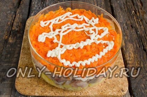 затем выкладываем тертую вареную морковь и покрываем ее майонезом