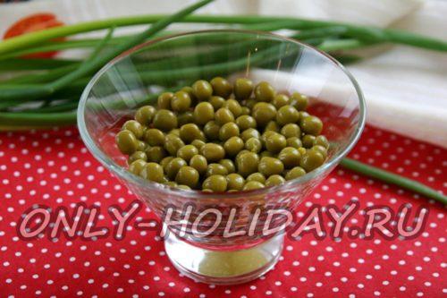далее выкладываем зеленый горошек