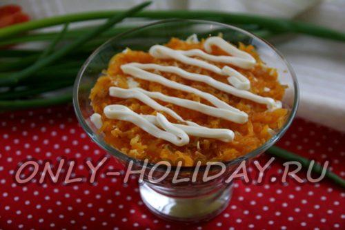 добавляем майонез поверх моркови
