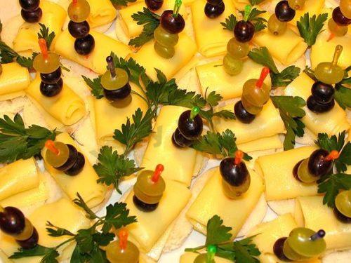 Мини-канапе с сыром и виноградом