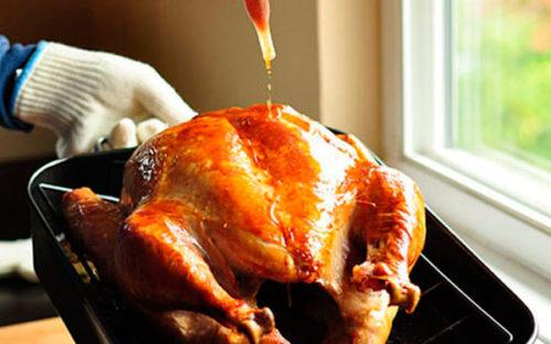 Каждые 40 минут птицу вытаскиваем из духовки и поливаем бульоном