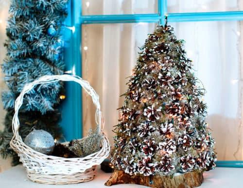 Декоративная елка из шишек