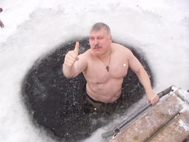 мужик купается в проруби