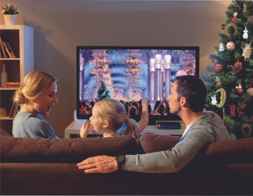 семья возле телевизора