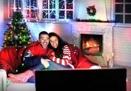 парень с девушкой перед телевизором
