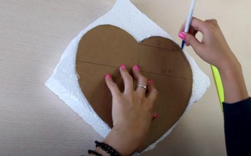 Из картона вырезаем форму сердца