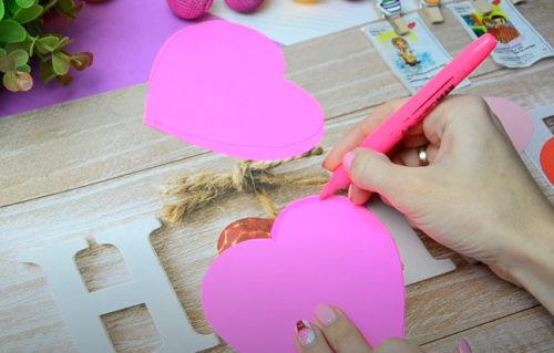 Обводим розовым фломастером