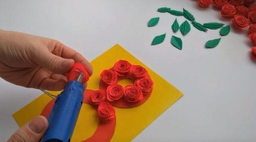 Приклеиваем цветы