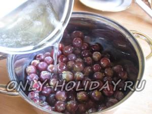 Залить виноград сиропом
