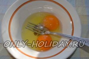 Смешать яйца и соль