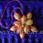 Яркое украшение на елку из макарон