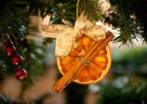Апельсин с корицей на елку