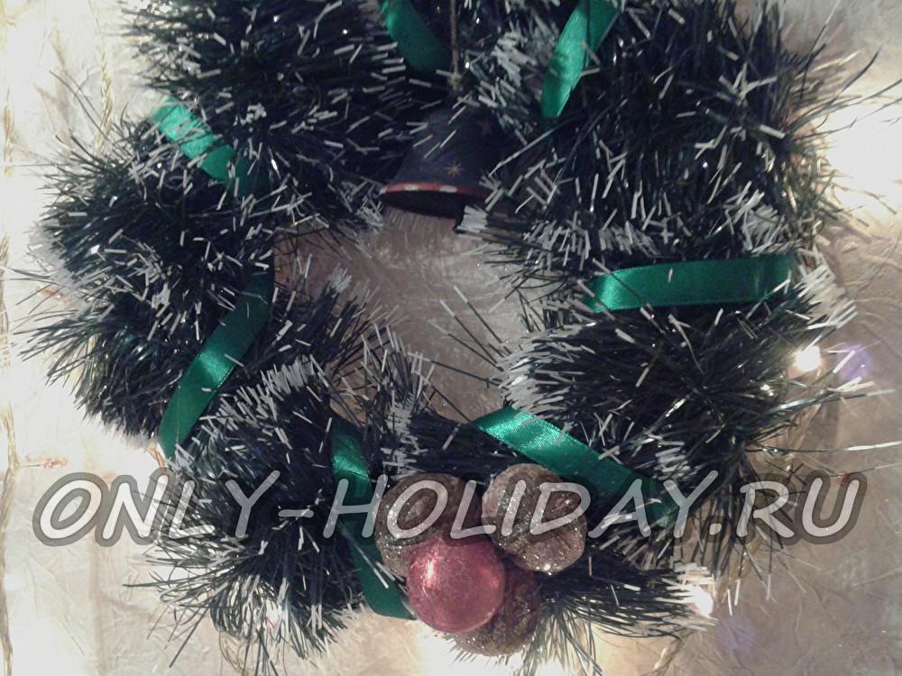 Рождественский венок из мишуры, шариков и орехов