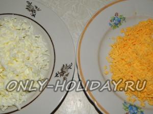 Натереть желток и белок