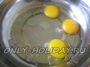 Вбиваем яйца куриные