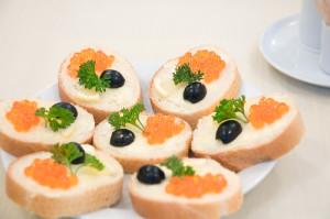 бутерброды с красной икрой и оливками