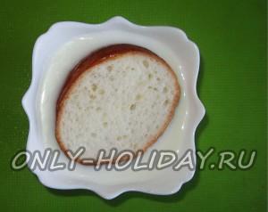 Пропитайте в молоке кусочек хлеба. для рыбного фарша