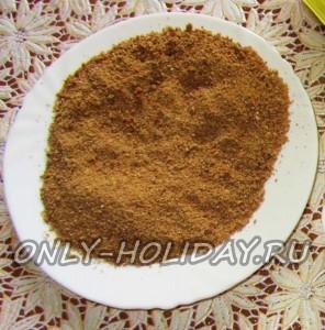 Насыпьте панировочные сухари на плоскую тарелку. для обвалки рыбных котлет
