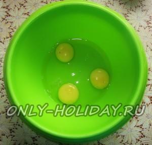 для приготовления блинов с творогом взбиваем в глубокую миску 3 яйца