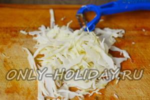 Для приготовления салата «Козел в огороде» очищаем капусту от верхних привядших листьев и мелко шинкуем