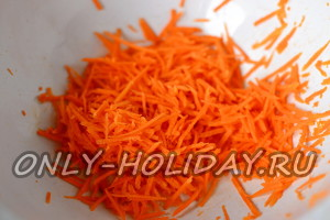 Морковь шинкуем как и свеклу