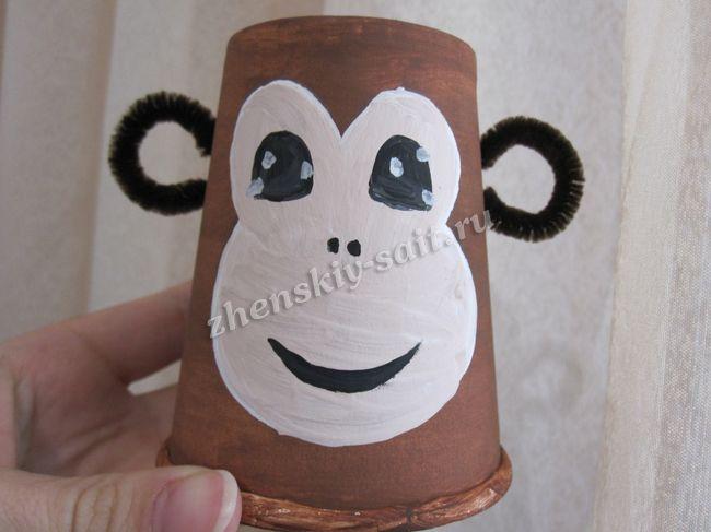 Поделка из пластиковых стаканчиков обезьяна