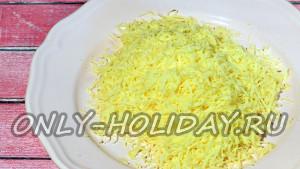 Твердый сыр также натираем как можно мельче