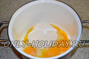В глубокой емкости (например, кастрюле) соединяем яйца с сахаром