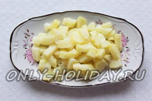 нарезать кубиками картофель