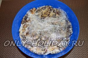 краями пищевой пленки закройте сверху всю поверхность торта