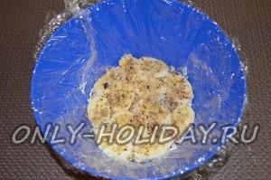 Сверху посыпьте измельченными грецкими орехами