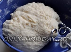 Постепенно добавляя муку, замешиваем тесто