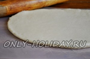 тесто раскатываем в пласт толщиной 3-4 мм