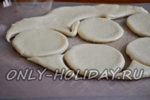 Стаканом вырезаем кружки  для приготовления пирожков с картошкой