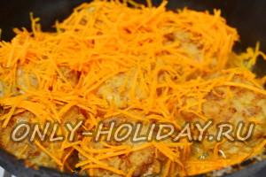 к ежиков на сковороду добавляем тертую морковь