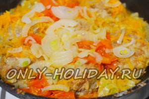 тушим ежики из фарша с рисом в подливке на сковороде до готовности