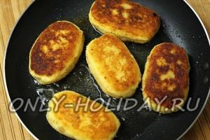Картофельные зразы с грибами обжарьте в масле