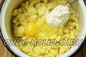 Добавить в пюре яйцо и муку