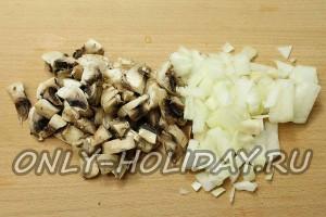 Нарезать грибы и лук кусочками