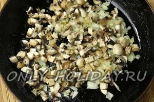 Добавить к луку грибы